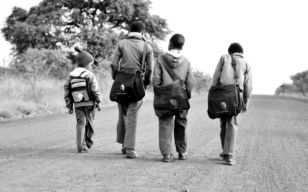 बच्चे स्कूल जा रहे हैं/ नीलोत्पल रमेश